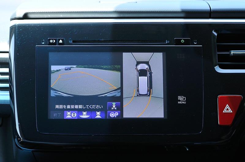 ボディーの4個所に設置されたカメラで車両を上空から撮影しているように画面表示する「マルチビューカメラシステム」は、「ホンダスマートパーキングアシストシステム」「後退出庫サポート」とセットでB以外のグレードにオプション設定