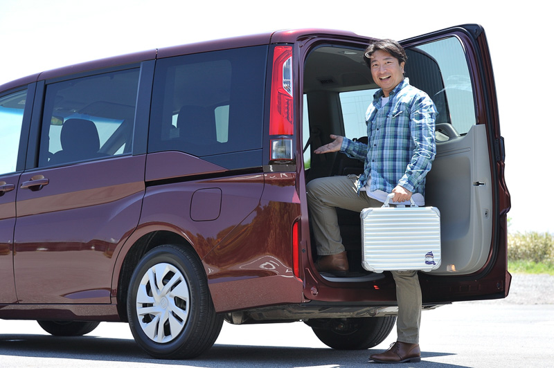 """車両の後方から乗り降りできる「わくわくゲート」は、初代モデルが提示したミニバンならではの""""わくわくさせる""""魅力を継承したアイデア"""