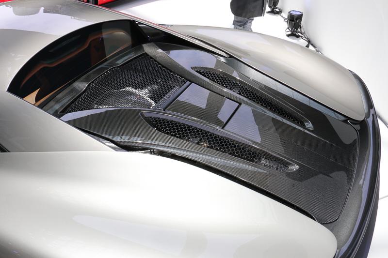 V型8気筒DOHC 3.8リッターツインターボの「M838TE」をミッドシップレイアウト。最高出力419kW(570PS)/7500rpm、最大トルク600Nm/5000-6500rpmを発生し、デュアルクラッチトランスミッションの7速SSGで後輪を駆動する。0-100km/h加速は3.2秒、最高速は328km/hとなる