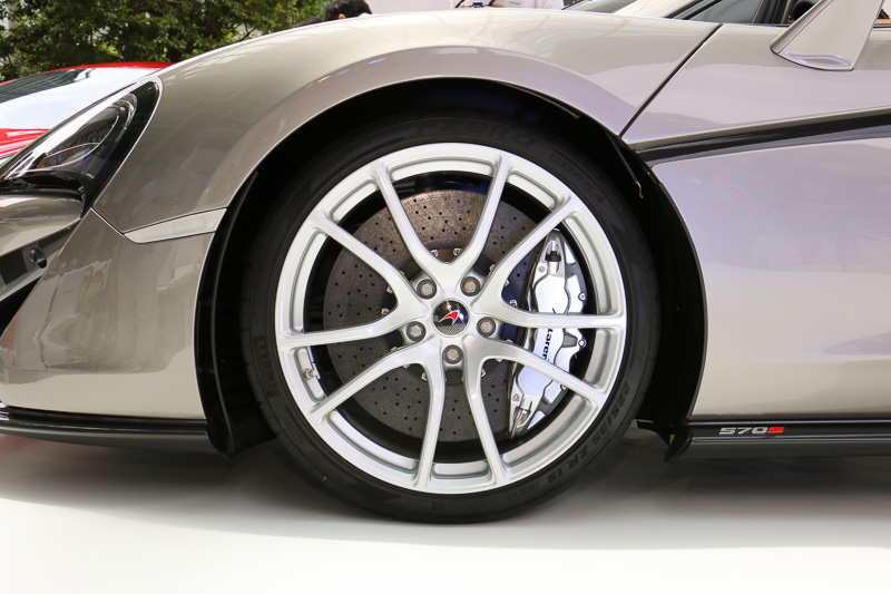 ピレリのP ZERO Corsaを採用し、タイヤサイズはフロントが225/35 R19、リアが285/35 R20
