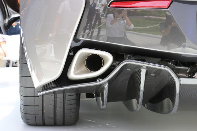 ボディーのフロア下は完全にフラットな形状となり、さらに後端にカーボン製のディフューザーを設定。エキゾーストエンドパイプはディフューザーより上に配置され、エアロダイナミクスに影響しない設定となっている