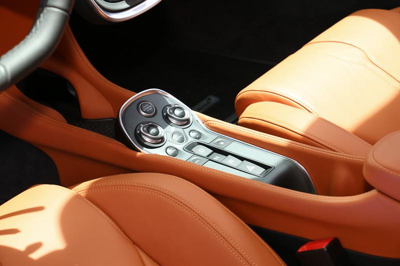 センターコンソールに集約されたスイッチ類で走行モードなどを選択。前方側にはドリンクホルダーも設定されている