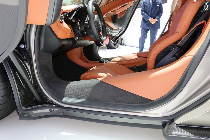 シャシーの基本構成となるカーボンファイバー製「モノセルII」の採用により、形状の自由度が向上。ドア開口部の前方側を下げることで、乗降性を高めている