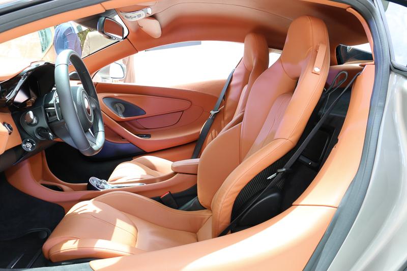 サポート性と快適さを両立させる新型シートを採用。運転席側が6ウェイ、助手席側が4ウェイの電動調整となる