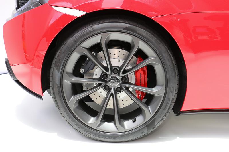ピレリのP ZERO Corsaを採用し、タイヤサイズはフロントが225/35 R19、リアが285/35 R20。ホイールのカラーは「ステルス」(写真)とシルバーの2種類