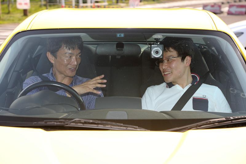 タイヤとクルマについて解説してもらいながら、岡本氏の運転するRX-8の助手席に同乗。同じクルマとは思えないほど、軽快にひらひらとカーブを駆け抜けていきます
