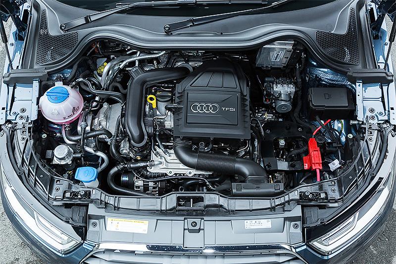 A1 1.0TFSI/A1 スポーツバック 1.0TFSIが搭載する直列3気筒DOHC 1.0リッター直噴ターボ「CHZ」型エンジン。最高出力70kW(95PS)/5000-5500rpm、最大トルク160Nm(16.3kgm)/1500-3500rpmを発生。JC08モード燃費は同社のラインアップで最高となる22.9km/Lを実現