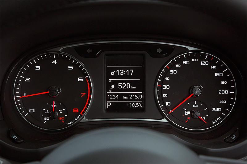 メーターまわり。240km/hまで刻まれるスピードメーターとタコメーターの間に燃費情報などを確認できるDIS(ドライバーインフォメーションシステム)を搭載