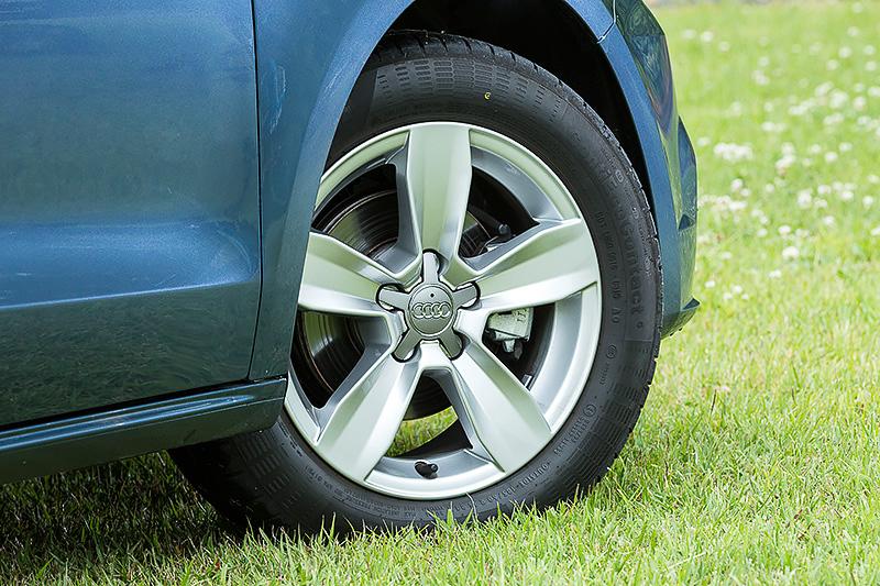 足下は15インチアルミホイールにコンチネンタル製エコタイヤ「Conti EcoContact5」(185/60 R15)の組み合わせ