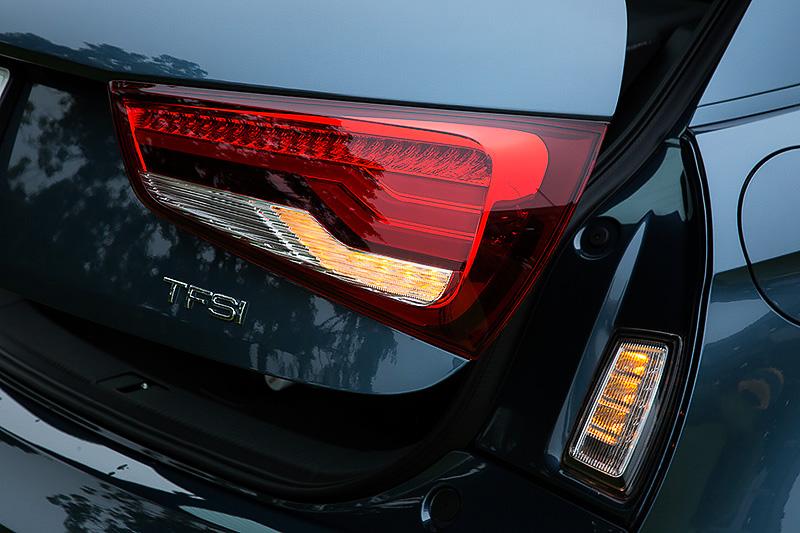 後続車に対する被視認性を配慮し、テールゲートを開けた際に黄色いフラッシャーの点滅が確認できるよう開口部に専用ランプが設けられている