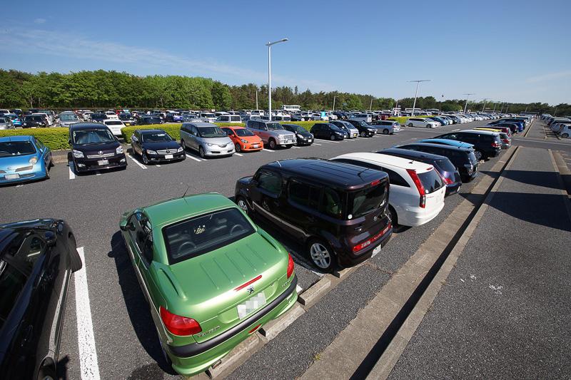 公園だけでなく駐車場も広大。帰りにここから探し出すのは至難の業