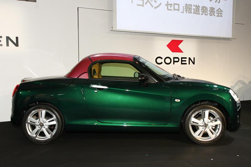 発表会場の展示車にも、カーボン調成型PVCの貼り付けで素材感とカラーリングを変更する「Dラッピング」が樹脂製パーツのルーフに設定されていた