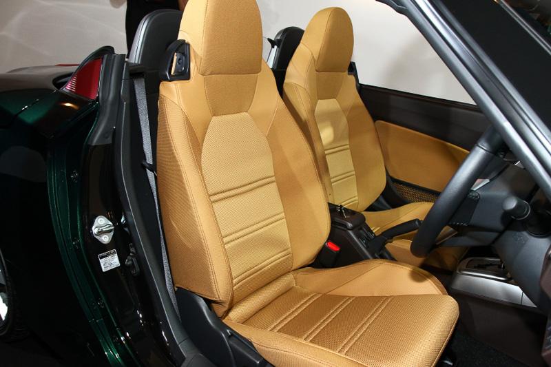 シートカラーはローブと同じベージュ。オプションとしてシート表皮やインパネ加飾が赤になる「レッドインテリアパック」も用意している
