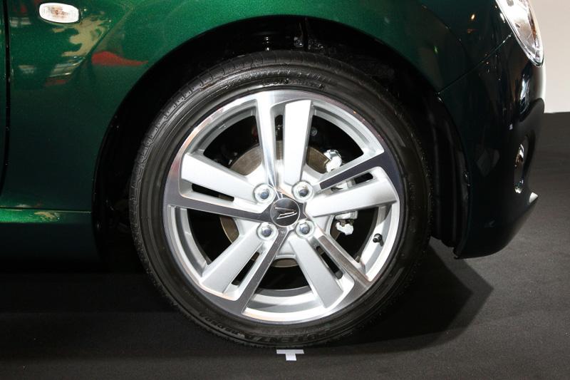 ホイールのデザインもローブと同様。タイヤサイズは全モデル共通で165/50 R16