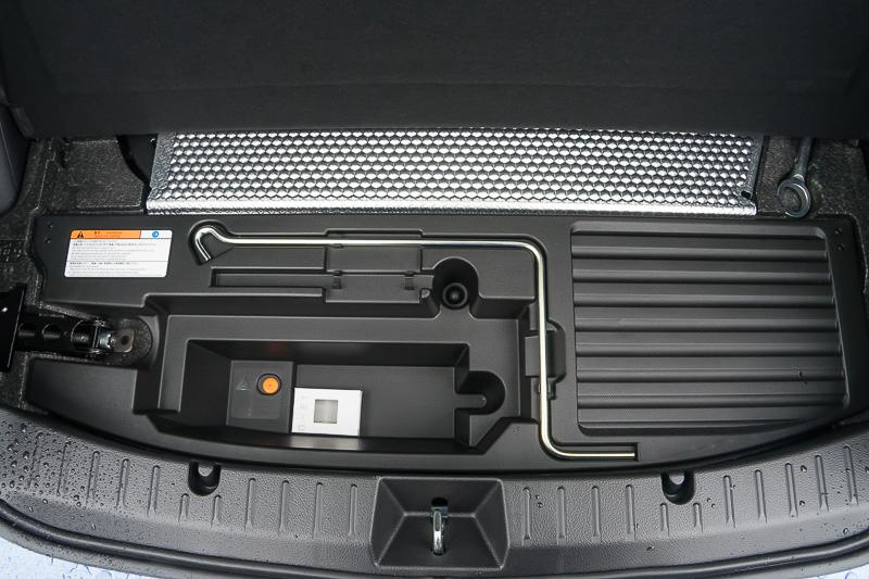 大きな荷物を乗せることが可能なラゲッジスペースは、344L(VDA法)の容量を確保。ラゲッジ下には、ハイブリッドユニットのバッテリーが搭載されている