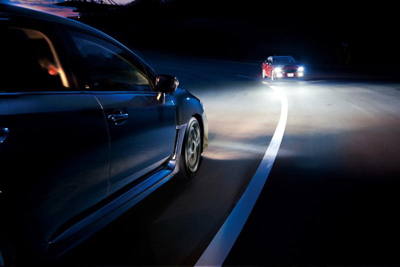 「ハイビームアシスト(自動防眩インナーミラー付)」は、ルームミラー一体型の単眼カメラで先行車や対向車の存在を検知。ヘッドライトのハイビームとロービームを自動で切り替える