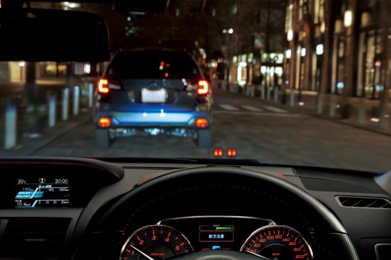 「アイサイトアシストモニター」はアイサイトの作動状況をフロントウインドーに表示。ダッシュボードの運転席前方に、フロントウインドーに向けてランプを設置。3色の光を使い分けてアイサイトの作動状況をドライバーに知らせる