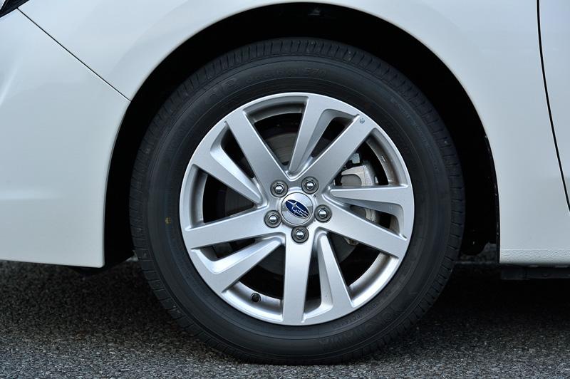 2.0i EyeSightに装着されるヨコハマタイヤ(横浜ゴム)製の205/55 R16タイヤ