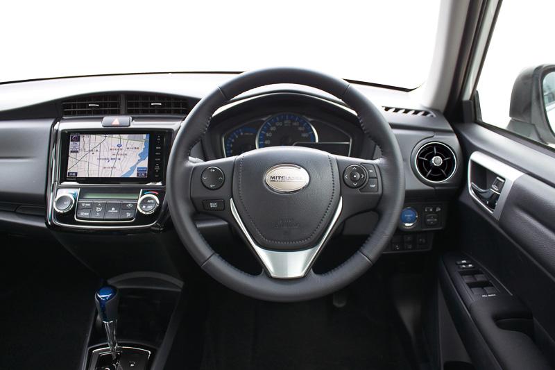 「リューギ」のインテリア。シート表皮には光岡自動車のエンブレムがデボス加工されている