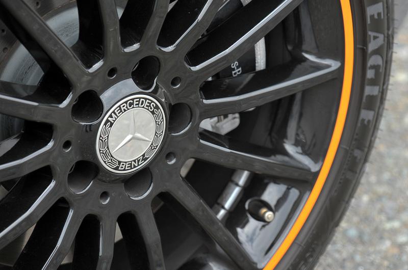 フロントグリル内側、ドアミラー、リアスカート、バイキセノンヘッドライトのリングなどにオレンジのアクセントを配したエクステリアを採用。専用となる19インチAMGマルチスポークアルミホイールのフランジ部にもオレンジの塗装が施される