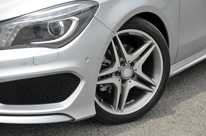 アルミホイールは18インチのAMG5ツインスポークを採用。そのほかMercedes-Benzロゴ付ブレーキキャリパー&ドリルドベンチレーテッドディスク(フロント)を標準装備する