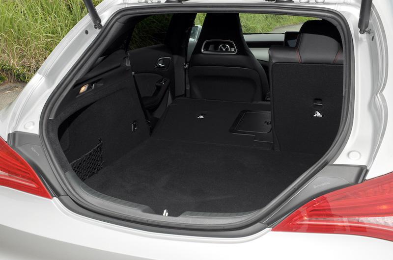 ラゲッジルームは通常時で495L(VDA方式)を確保。2:1分割可倒式の後席バックレストを倒すと最大1354Lまで拡大することが可能。自動開閉テールゲートは「CLA 180 シューティングブレーク」をのぞく全車に標準装備