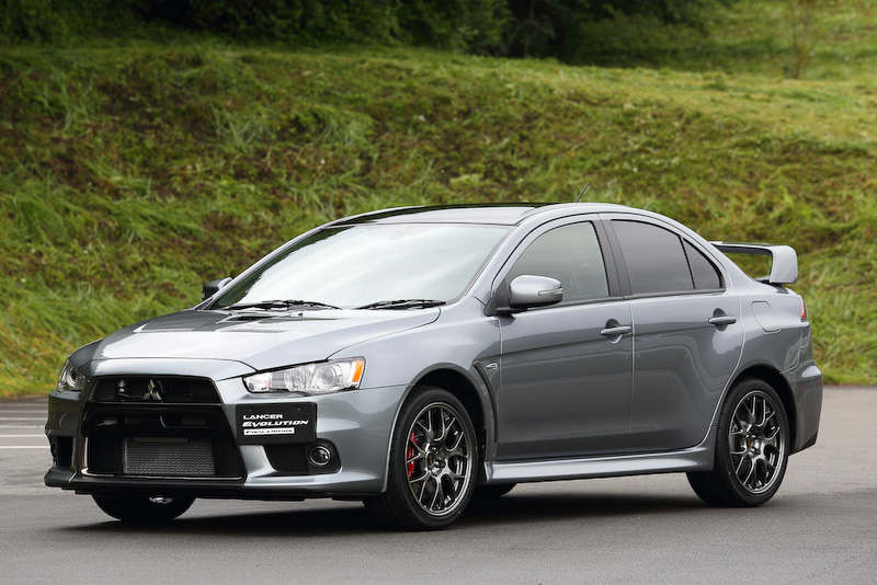 ランエボシリーズの最終モデルとなる1000台限定の特別仕様車「ランサーエボリューション ファイナルエディション」。ランサーエボリューションX GSRの5速MT車がベース車となっており、価格は429万8400円。ボディーサイズはランサーエボリューションXと同様の4495×1810×1480mm(全長×全幅×全高)、ホイールベース2650mm。車重は1530kg。撮影車はチタニウムグレーメタリックのボディーカラーにルーフ部をブラックとした2トーンカラー車