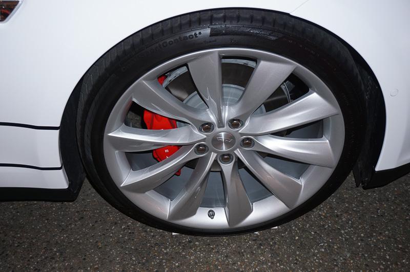 モデル S デュアルと従来のシングルモーター車で外観上の違いはほとんどない。最上位モデルの「モデル S P85D」はブレーキキャリパーが赤く塗装されている