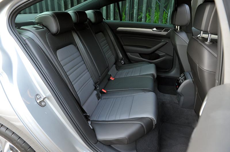 Rライン専用のスポーツシートを装備。このほかインテリアではアルミ調ペダルクラスター、レザー3本スポークステアリング、アルミニウムデコラティブパネル、ドアシルプレートがRライン専用となる