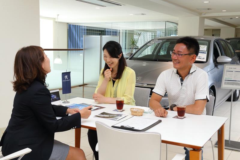 試乗を終えて車両を返却後、出迎えてくれた杉山さんと試乗の感想などを談笑しながらアンケートに記入。これで10万円分の購入クーポンがプレゼントされます
