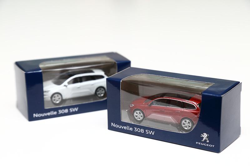 試乗の記念品として、コンパクトサイズの「308ミニカー」も全員に手渡されます