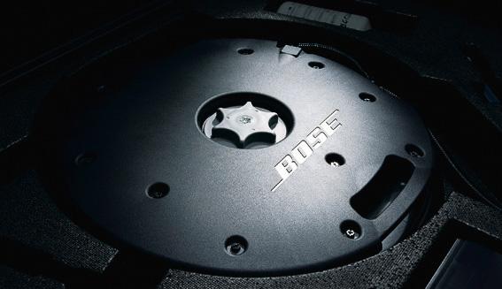 オプション設定の「BOSE サウンドシステム」は、ラゲッジスペースのフロア下に設置するサブウーファーや専用ドアスピーカーなどによってハイクオリティな音響空間を実現するほか、エンジンサウンドをさらに強調する「アクティブ・サウンド・コントロール」「アクティブ・ノイズ・コントロール」といった技術を追加した