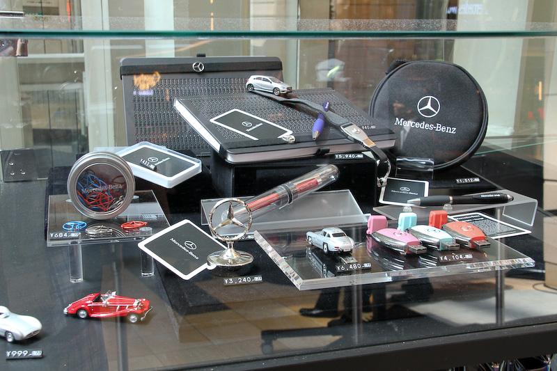 メルセデス ミー 東京羽田で販売されるさまざまな雑貨やアパレル商品。オリジナルスーツベルトやステッカー類といった空港ならではの商品も用意される