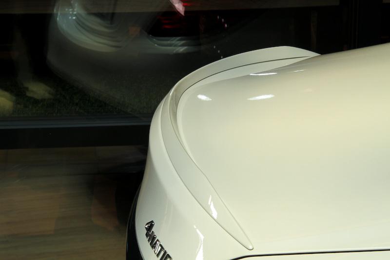 エクステリアではシングルルーバー付ダイヤモンドグリル、AMGトランクリッドスポイラーリップ、ブラックデュアルツインエグゾーストエンド、ハイグロスブラック19インチAMGツインスポークアルミホイールなどを装備