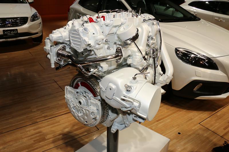 D4204T14型エンジンは最高出力140kW(190PS)/4250rpm、最大トルク400Nm(40.8kgm)/1750-2500rpmを発生。5車種すべてが同一のスペックとなっている