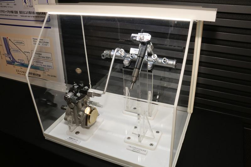 i-ARTに関する技術展示。ソレノイドインジェクターの上側に燃料センサーが設置される