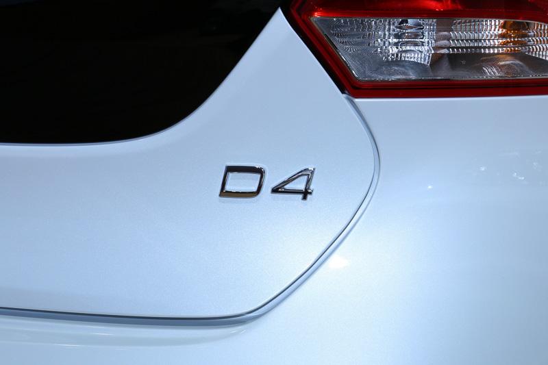 外観上でガソリンエンジン搭載車と異なる部分は、車両の後方に設置された「D4」のバッヂとデザインの異なるアルミホイールのみ。なお、D4のDはディーゼルを表している。ガソリンエンジン搭載車で使われているTは、かつては高性能モデルに採用されたハイプレッシャーターボのTを表しており、T4、T6の数字は気筒数に対応していたが、現在のラインアップでは対応するパワーレンジの表示となっている