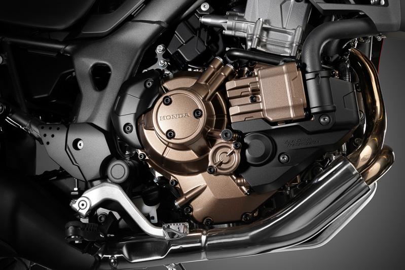トランスミッションは6速MTと6速DCT(写真)を設定。70kW/98Nmを発生する直列2気筒OHC 998ccエンジンは燃費性能も高めており、18.8Lの大容量燃料タンクを満タンにすると400kmの航続距離を実現する