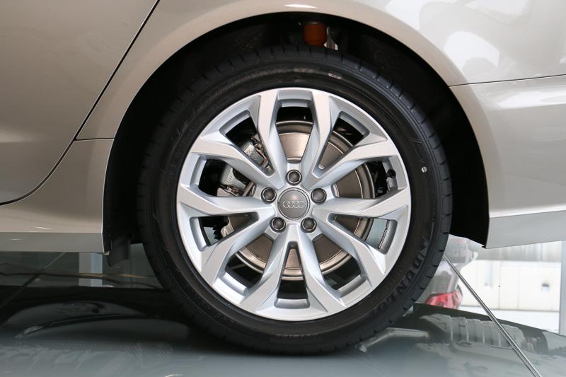 タイヤサイズは245/45 R18。撮影車両ではダンロップ(住友ゴム工業)の「SP SPORT MAXX GT」を装着