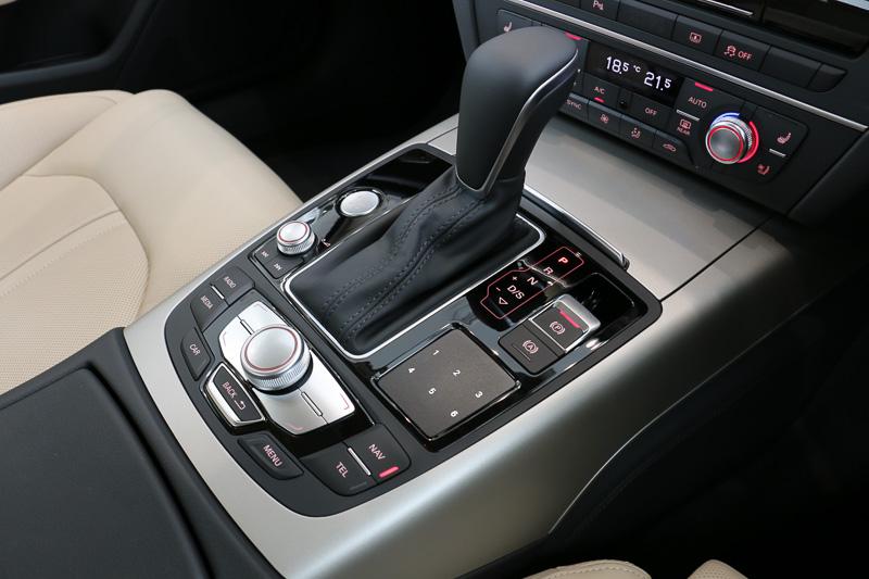 センターコンソールのシフトセレクター周辺に、「MMIタッチ」のタッチパッドなどの操作系スイッチ類を集中配置