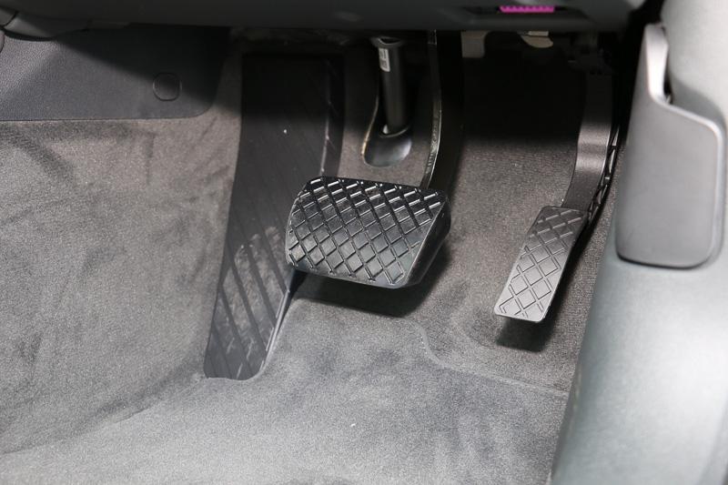 全車で電動パーキングシステムを採用するため、ペダルはアクセルとブレーキの2つのみとなる