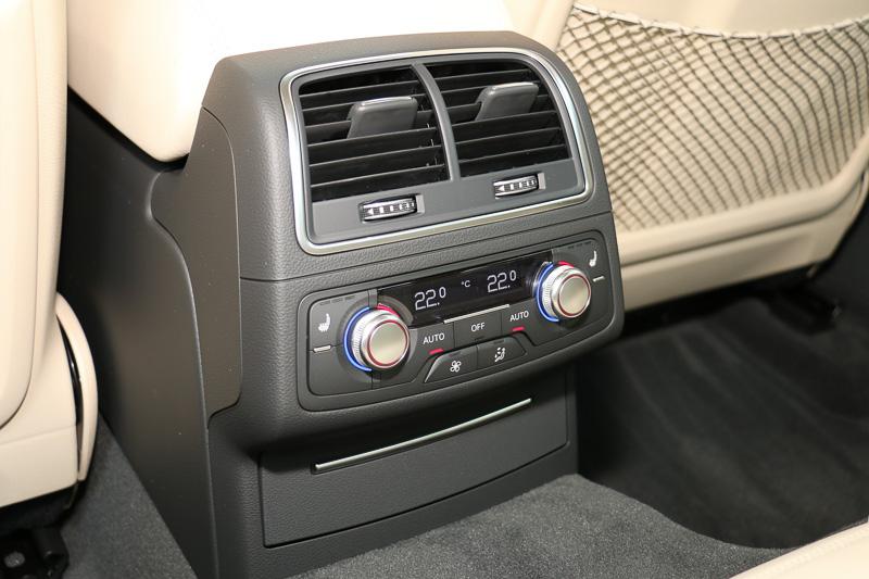 後席でも左右別々にエアコンの温度調整が可能な「4ゾーンデラックスオートマチックエアコンディショナー」をS6、S6 アバント、RS 6 アバントで標準装備、それ以外のモデルでオプション設定となる