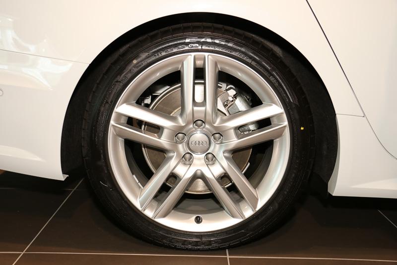 セダンと同じタイヤサイズが標準仕様だが、撮影車両ではオプションの19インチホイールの装着に伴い、255/40 R19サイズのグッドイヤー「EAGLE F1」を使用