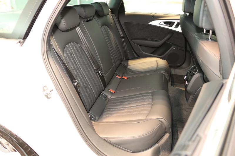 パッケージオプション「S-lineパッケージ」を装着する撮影車両では、シート表皮がパーシャルレザーからS-lineロゴ入りのバルコナレザーに変更