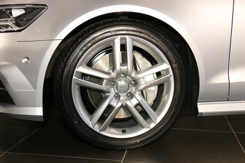 5ツインスポークデザインの19インチアルミホイールをオプション装着しており、タイヤは255/40 R19サイズのヨコハマタイヤ(横浜ゴム)「ADVAN Sport」を設定