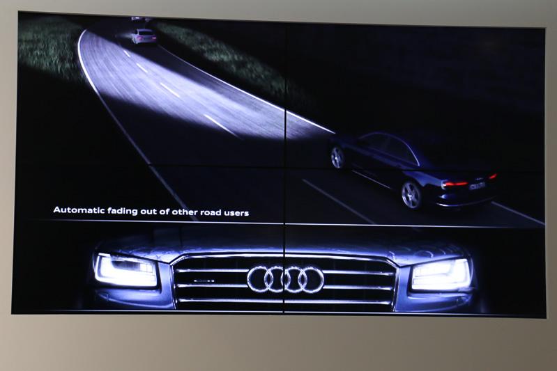 25個のLEDでハイビームを構成するマトリクスLEDヘッドライトでは、対向車、先行車の部分だけを照らさないという制御によってハイビームの使用頻度を高めることが可能