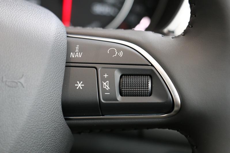 ステアリングスポーク右側のボタンでは、音声入力の開始やオーディオ類の音量変更などに対応する