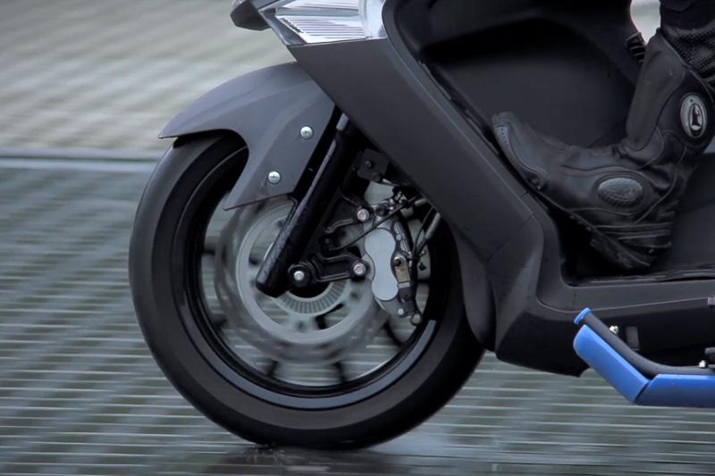 ABSは小型から大型まで幅広い車種に取り入れられている。2輪車は不安定な乗り物であるだけに、事故や転倒を防ぐABSを装備することは非常に有効。また、ブレーキの効きをコントロールすることで、サーキット走行などのハードブレーキ時にリアタイヤが浮いてしまうことを防いだり、坂道発進時にブレーキを離しても一定時間、後退しないようにキープするヒルホールド機能なども追加できる