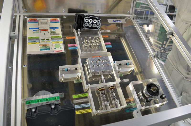 こちらは油圧ユニットの組み立てライン。ロボットによる自動組み立てになっているが、このロボットの機構に関しても、機械の導入後に栃木工場独自の改良が加えられているという。中国の工場で生産されたモーターがここでハウジングと組み合わされていく。モーターやハウジング以外にも多数のパーツを組み合わせてABSユニットは完成するが、ブレーキを制御するパーツだけに細心の注意を持って作業される