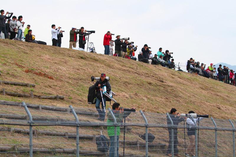 プリウスコーナー立ち上がり側の土手には多くのカメラマンが集まっている
